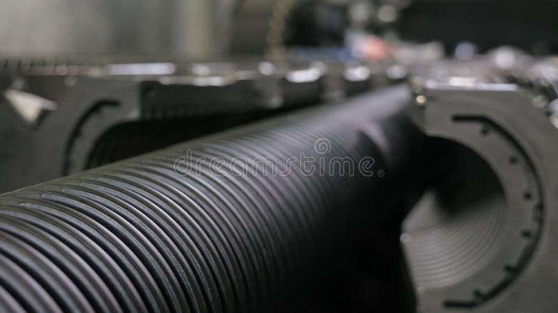 Fabricação de tubulações de água plásticas Fabricação dos tubos à fábrica O processo de fazer as tubulações plásticas no imagens de stock