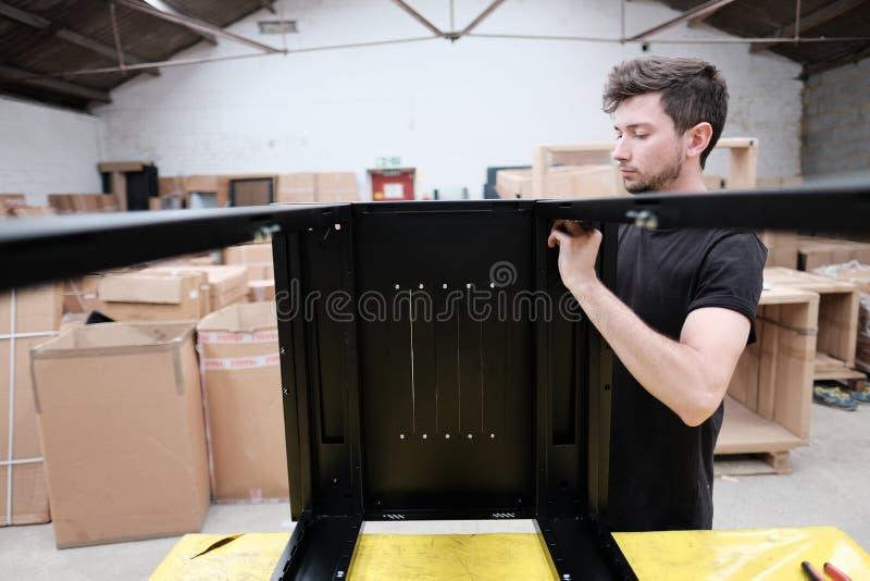 Fabricação do armário das comunicações de dados dentro de uma instalação de produção imagem de stock royalty free