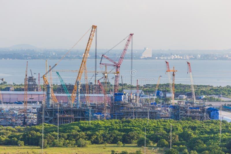 A fabricação e a ereção do petróleo da plataforma trabalham na jarda terrestre foto de stock royalty free