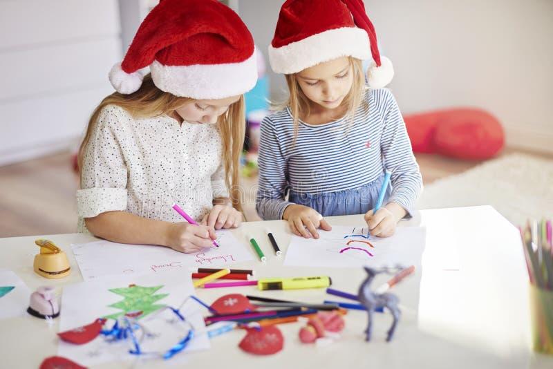 Fabricación de decoraciones de una Navidad foto de archivo libre de regalías