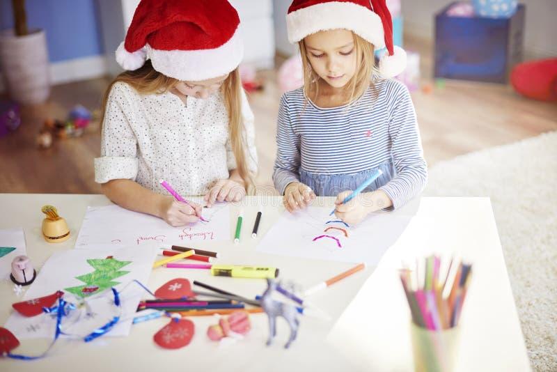 Fabricación de decoraciones de una Navidad fotos de archivo libres de regalías