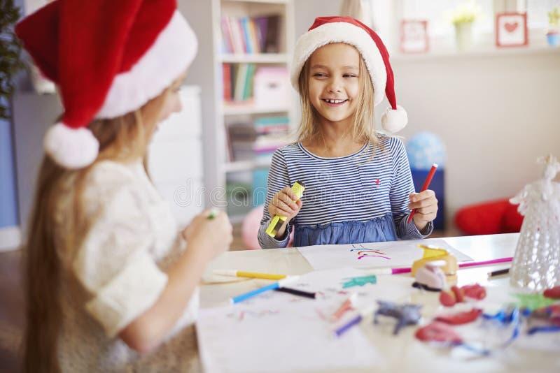 Fabricación de decoraciones de una Navidad fotos de archivo