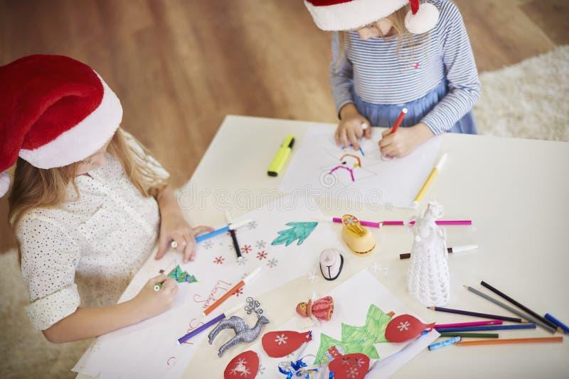 Fabricación de decoraciones de una Navidad fotografía de archivo