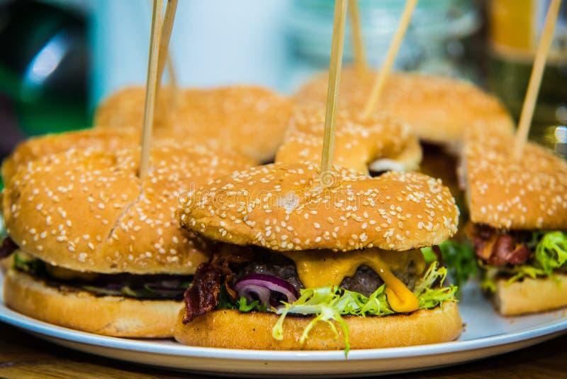 Fabricación de hamburguesas foto de archivo libre de regalías