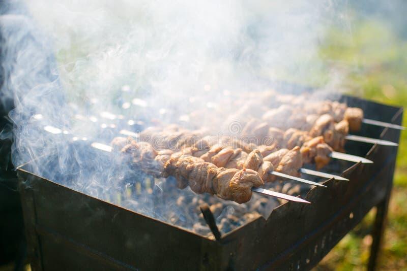 Fabricación de kebab en el primer del aire abierto fotografía de archivo