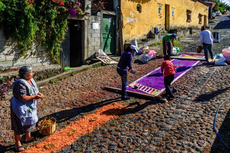 Fabricación de la alfombra de la semana santa, San Juan del Obispo, Guatemala imagenes de archivo