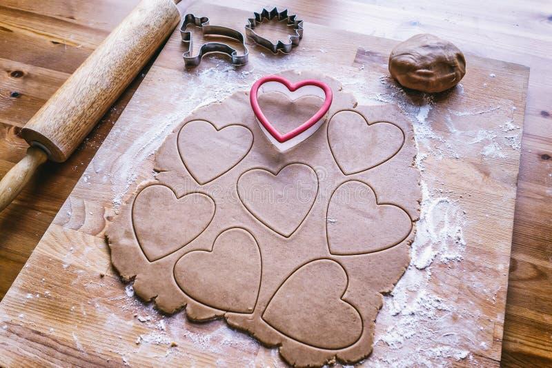 Fabricación de la galleta del corazón del pan de jengibre de la Navidad imagenes de archivo