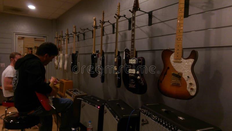Fabricación de la guitarra fotografía de archivo