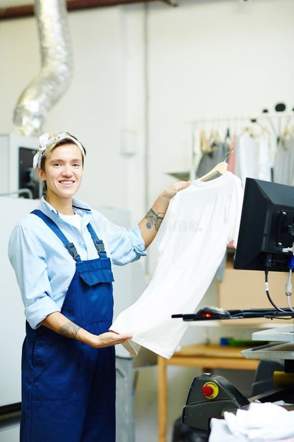 Fabricación de la impresión en la camisa imagenes de archivo