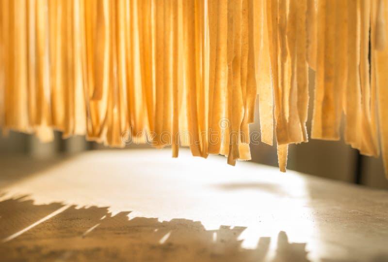 Fabricación de la pasta casera, comida tradicional italiana foto de archivo libre de regalías