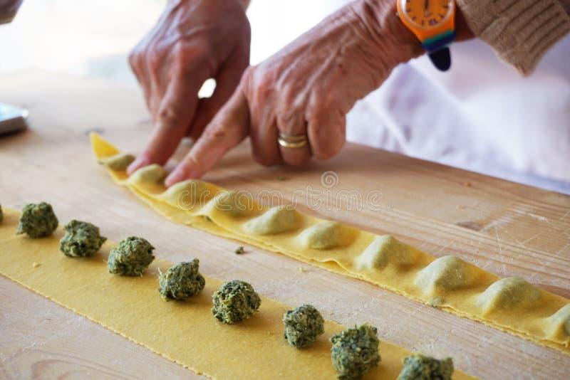 Fabricación de la pasta con una mamá italiana en Roma fotos de archivo libres de regalías