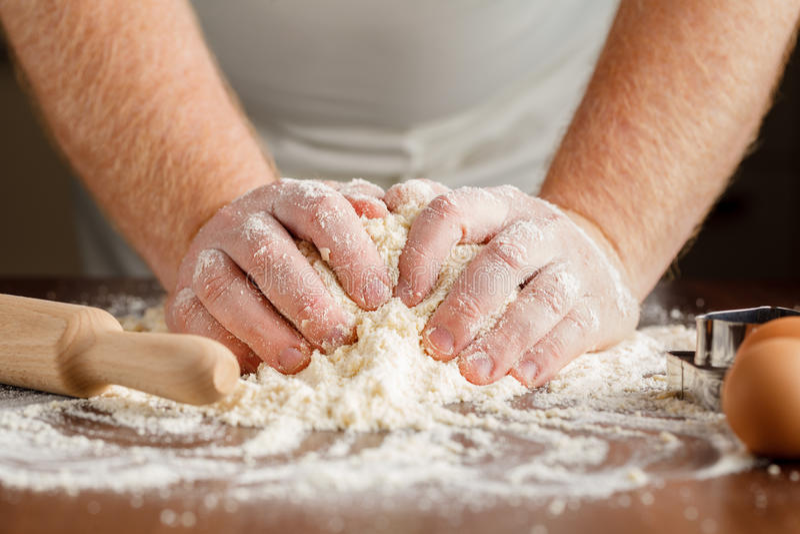 Fabricación de la pasta de pasteles para la torta húngara serie imagen de archivo