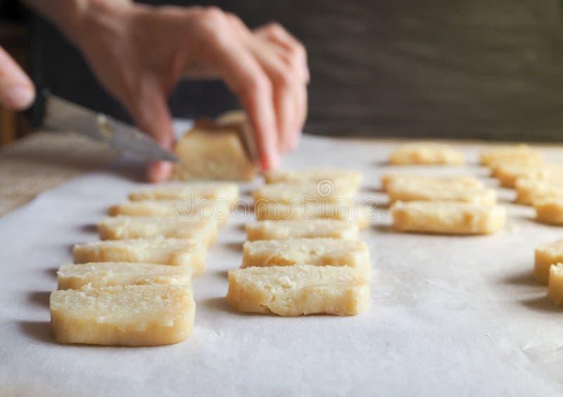 Fabricación de la pasta de los rollos dulces Pasteles de la Navidad fotografía de archivo libre de regalías