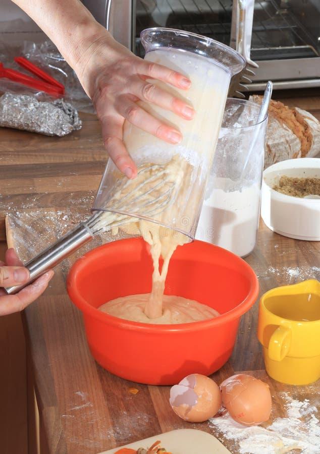 Fabricación de la pasta para Spaetzle foto de archivo