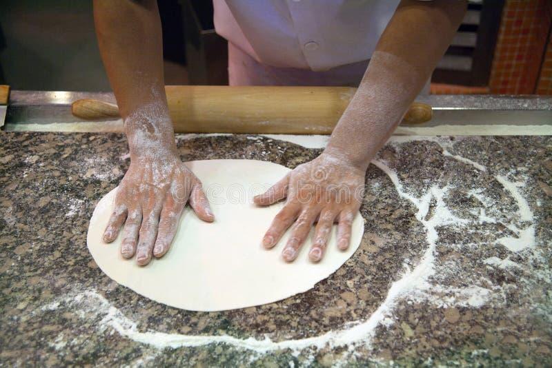 Fabricación de la pizza imágenes de archivo libres de regalías
