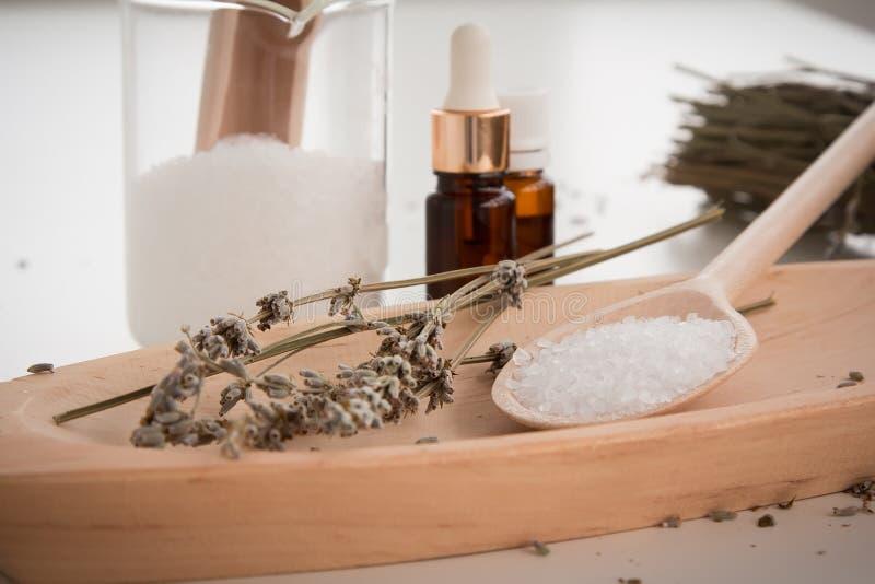 Fabricación de la sal de baño de la lavanda imagen de archivo