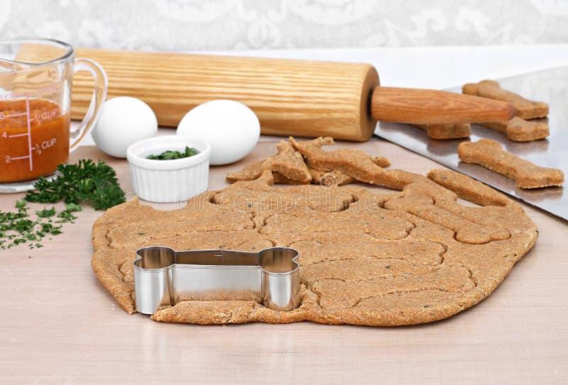 Fabricación de las galletas de perro hechas en casa de la calabaza imagen de archivo libre de regalías