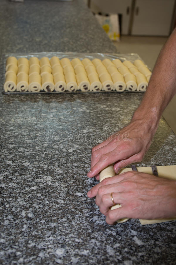 Fabricación de las galletas del cruasán con el chocolate foto de archivo