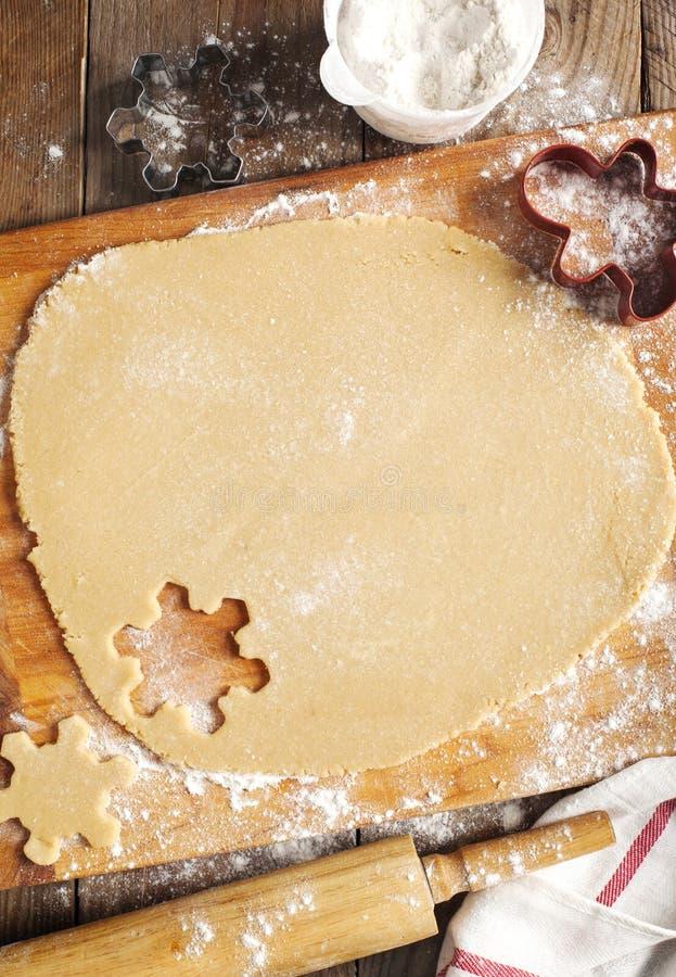 Fabricación de las galletas del pan de jengibre imagen de archivo