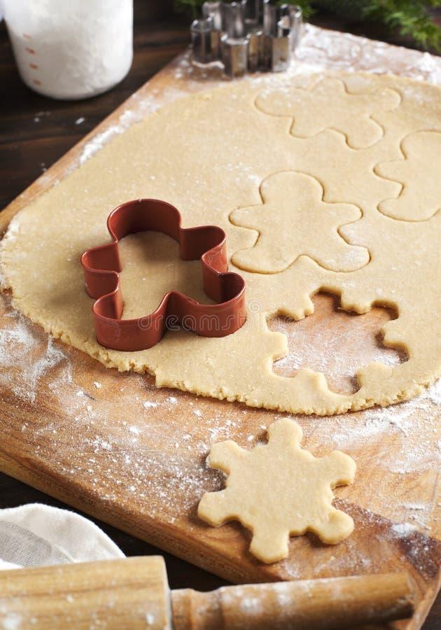 Fabricación de las galletas del pan de jengibre imagenes de archivo