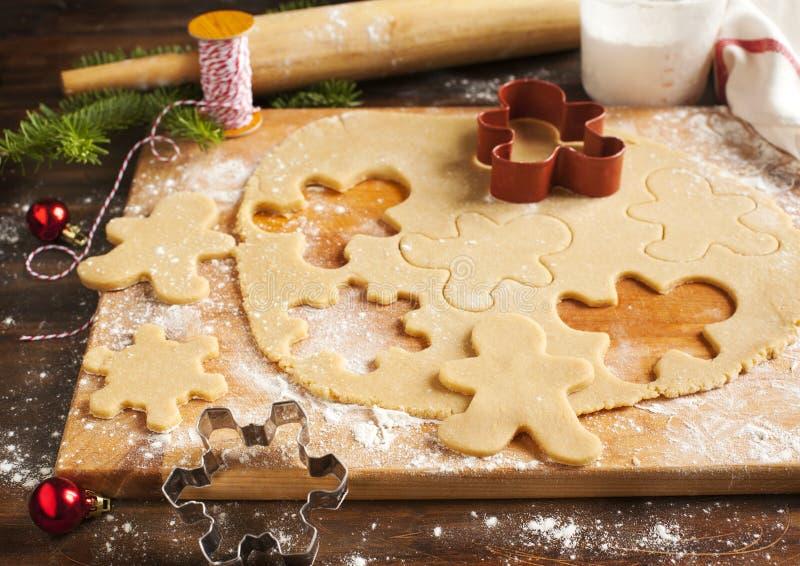 Fabricación de las galletas del pan de jengibre imágenes de archivo libres de regalías