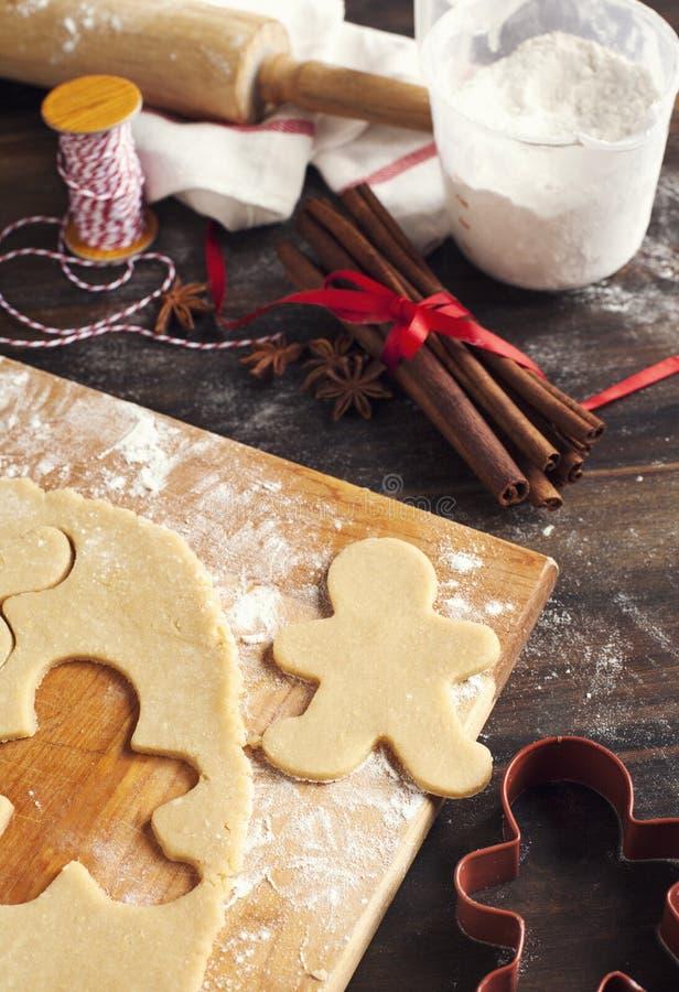 Fabricación de las galletas del pan de jengibre foto de archivo libre de regalías