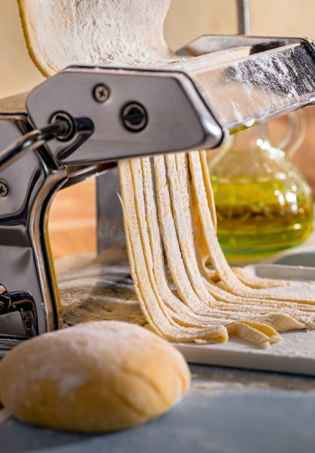 Fabricación de las pastas en una máquina fotos de archivo libres de regalías