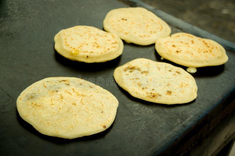 Fabricación de las tortillas típicas de Guatemala fotografía de archivo libre de regalías