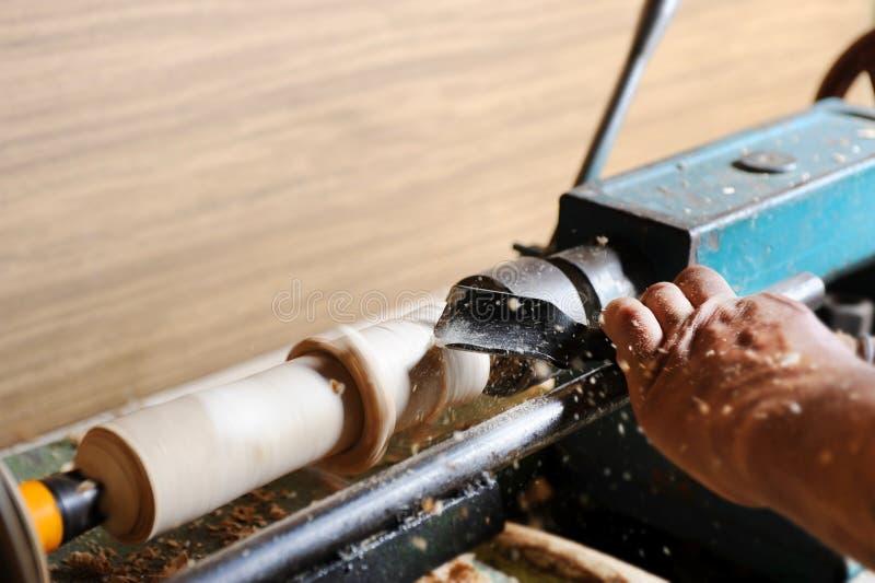 Fabricación de los elementos de madera en el torno foto de archivo
