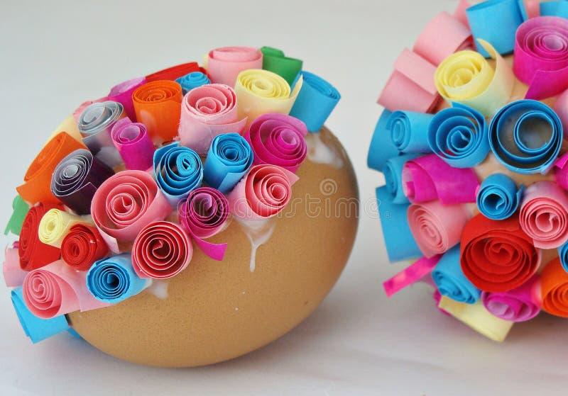 Fabricación de los huevos de Pascua fotografía de archivo