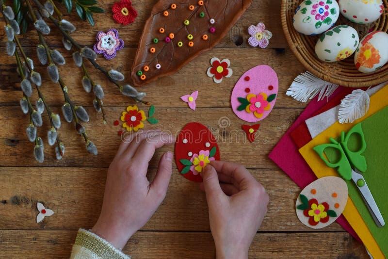 Fabricación de los huevos de Pascua hechos a mano del fieltro con sus propias manos Concepto de los niños DIY Fabricación de la d fotos de archivo libres de regalías