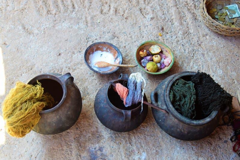 Fabricación de los tintes naturales en Cuzco, Perú fotos de archivo libres de regalías