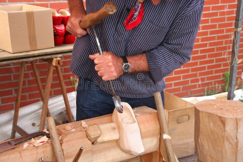 Fabricación de los zapatos de madera foto de archivo