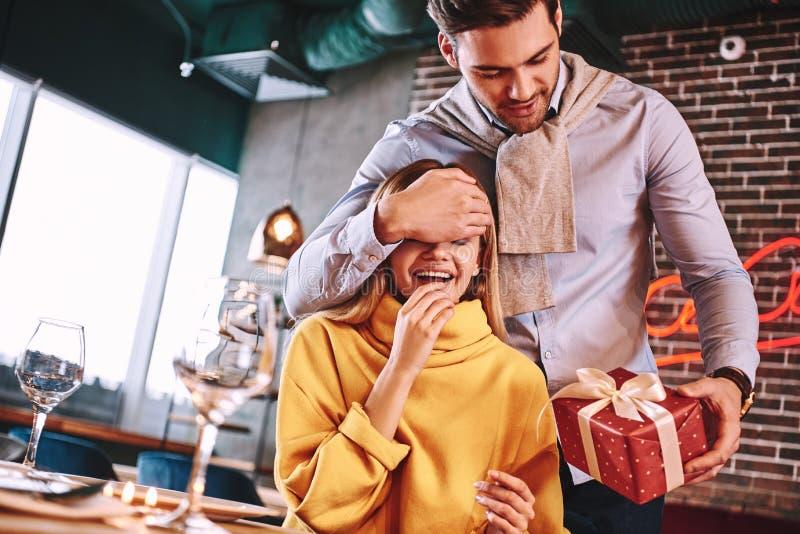 Fabricación de sorpresa El hombre en camisa azul sorprendió a su novia bastante rubia imagen de archivo libre de regalías