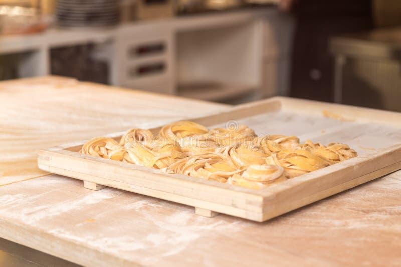 Fabricación de tallarines italianos hechos en casa frescos de las pastas en restaurante fotos de archivo libres de regalías