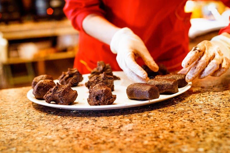 Fabricación de tortas de chocolate en restaurante fotos de archivo libres de regalías