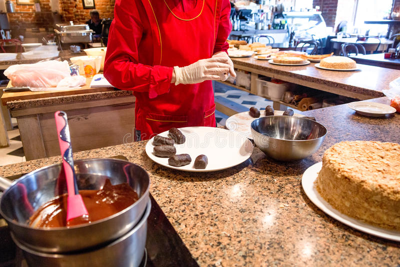 Fabricación de tortas de chocolate en restaurante imágenes de archivo libres de regalías