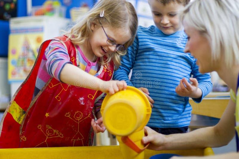 Fabricación de un chapoteo en cuarto de niños fotografía de archivo libre de regalías