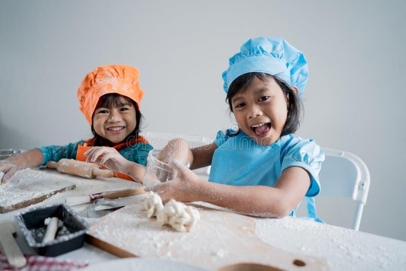 Fabricación de un poco de pasta para las galletas en la cocina fotografía de archivo
