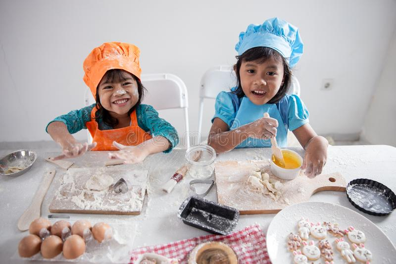 Fabricación de un poco de pasta para las galletas en la cocina imagen de archivo