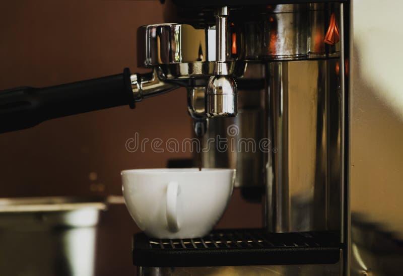 Fabricación del café imagen de archivo libre de regalías