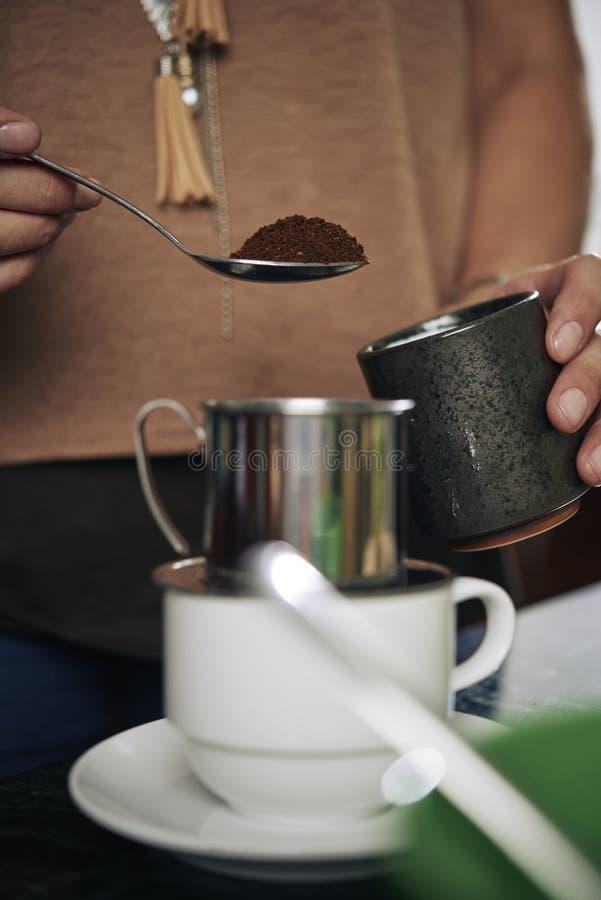 Fabricación del café delicioso fotos de archivo libres de regalías