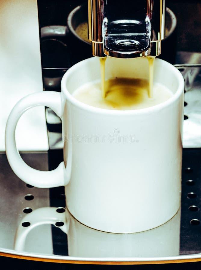 Fabricación del café en cafetera imagen de archivo