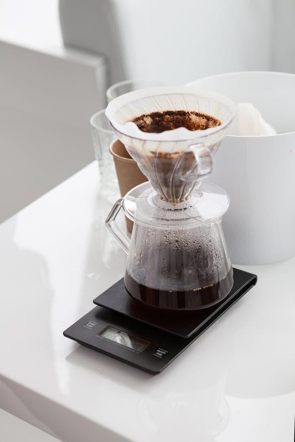 Fabricación del café en kemex imagen de archivo
