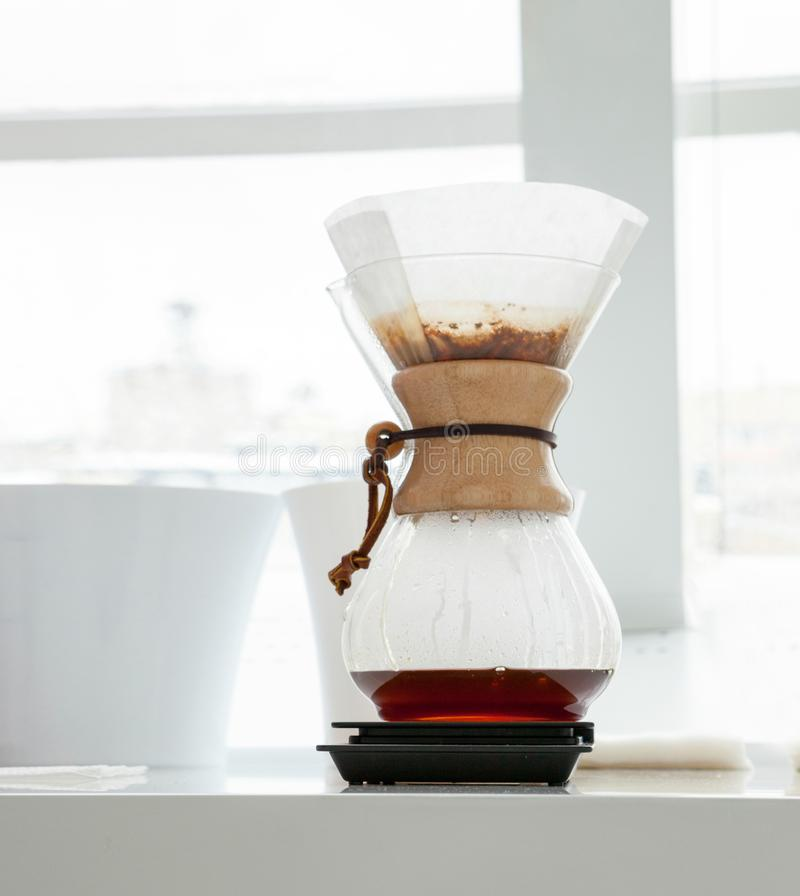 Fabricación del café en kemex fotografía de archivo libre de regalías
