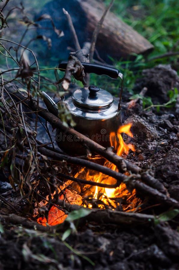 Fabricación del café en una chimenea foto de archivo libre de regalías