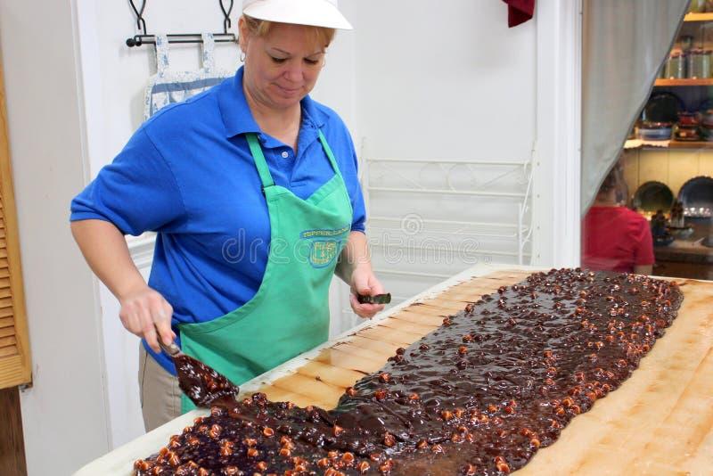 Fabricación del dulce de azúcar rocoso del camino, tienda del caramelo de la caldera de la cocina, PA de la cópula, verano, 2013 fotos de archivo libres de regalías