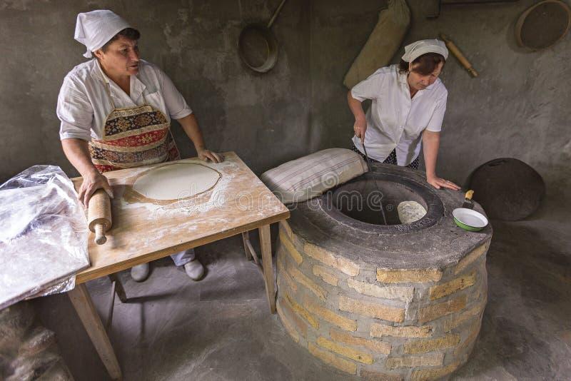 Fabricación del pan del lavash en Armenia fotografía de archivo libre de regalías