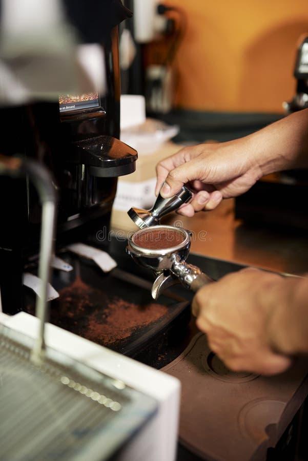 Fabricaci?n del polvo de los granos de caf? fotografía de archivo libre de regalías