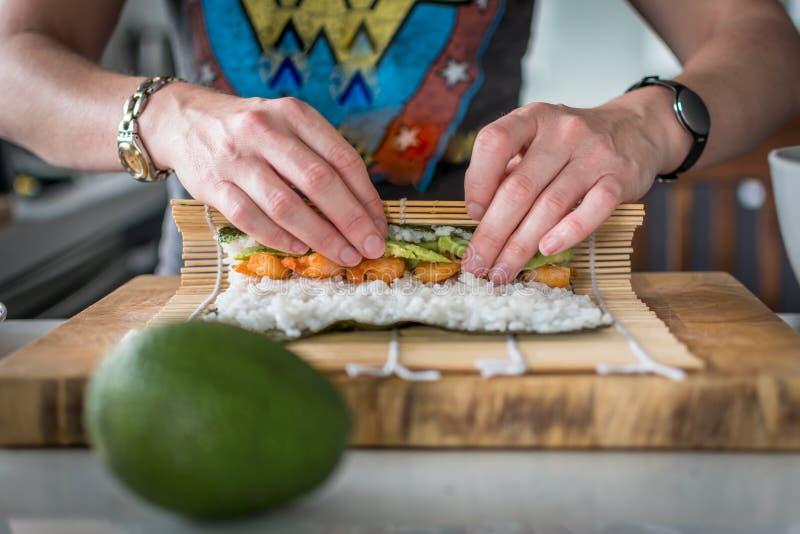 Fabricación del sushi fotografía de archivo libre de regalías